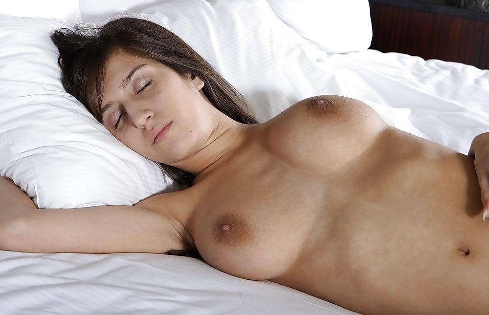 голове фото спящая красотка с титьками жена была