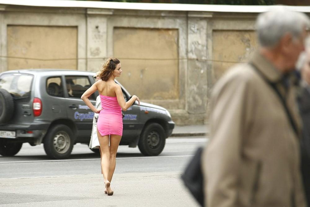 Девчонки голая девушка гуляет по улице и дрочит видео