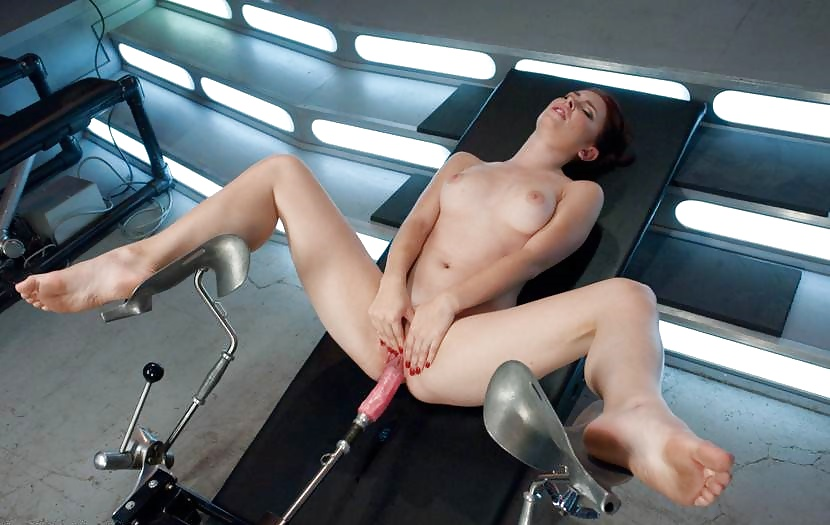 Телочка яка эбе секс машину, жена писает мужу в рот при любовнике фото