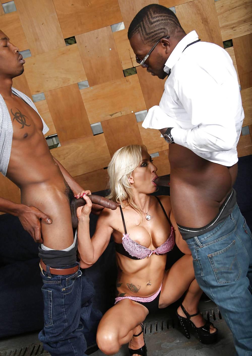 Красивыми негры пускают по кругу блондинку порно камшоты подборка
