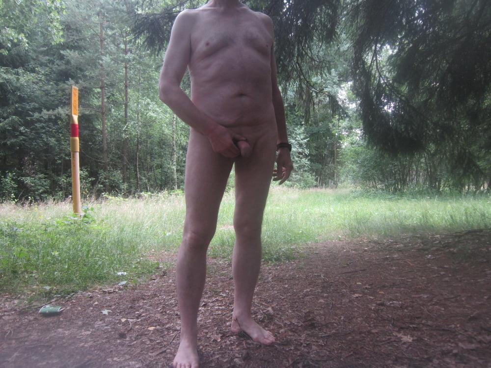 Nackt im Wald