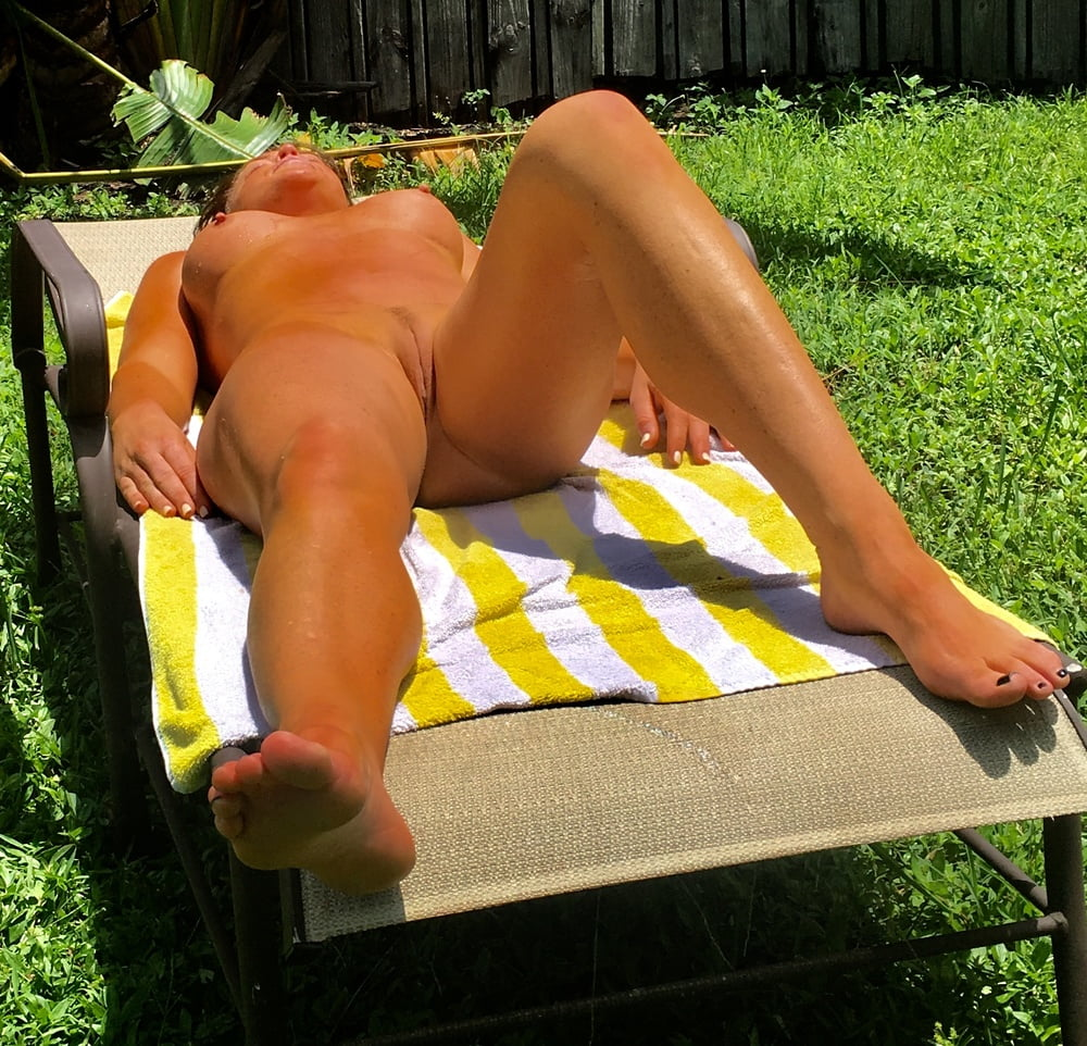 Naked females outside-3658