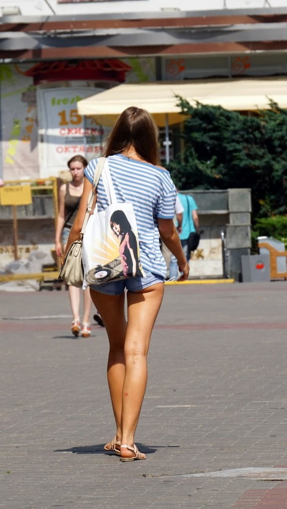 girls-short-skirt-on-the-streets-american