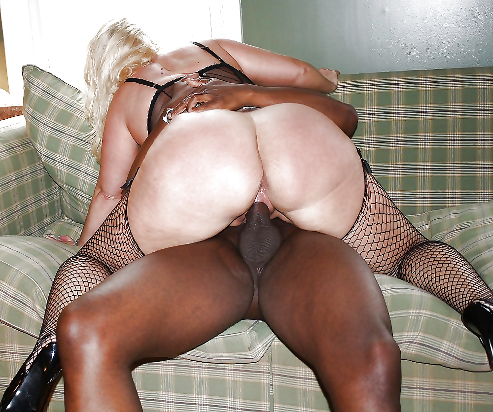 Amateur dude shoves his big cock up her fat ass