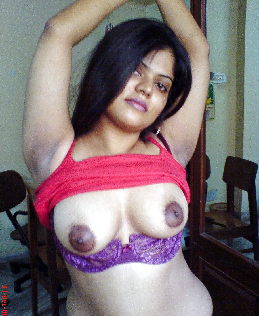 Desi pakistani shemales dance and boobs show