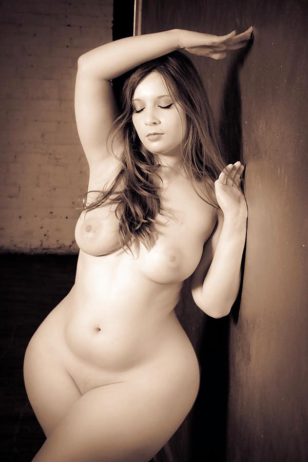 Широкобедрые голые девушки, эротические фото красивых пышных дам