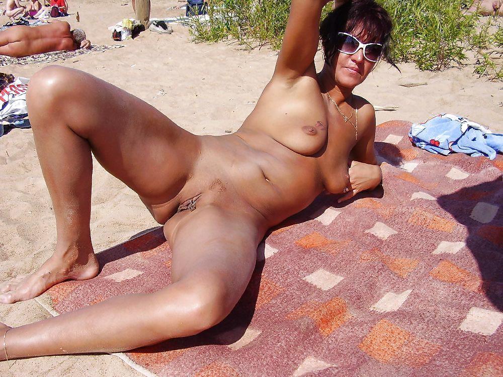 порно зрелых дам на пляже обнаженные