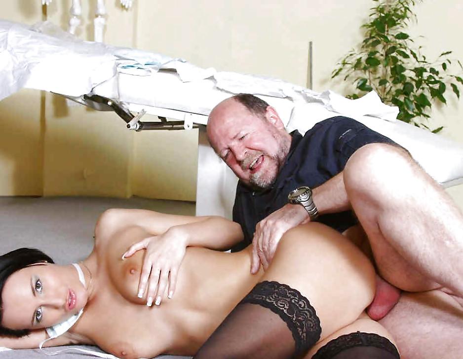 Секс старик прислугой курилко