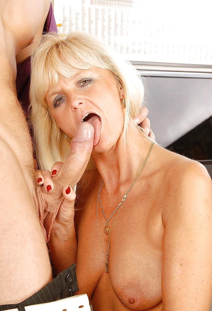Порно зрелая блонда соблазнила парня
