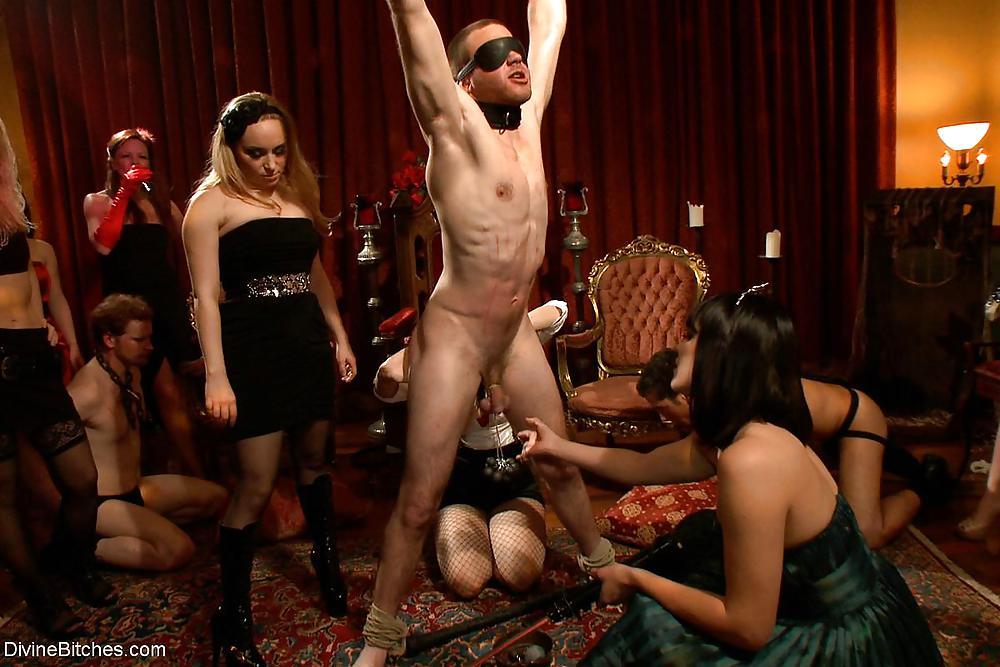 Рабыня обслуживает клиентов в клубе порно — img 10