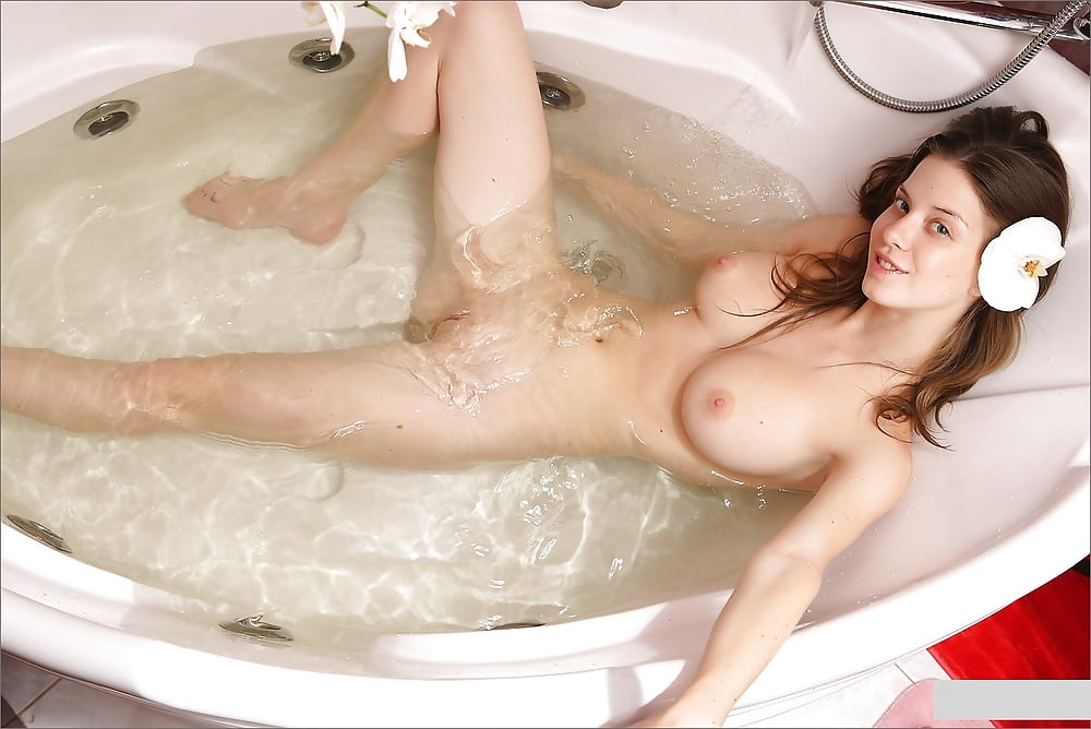 Hot naked virgin women in bathtub look alike naked