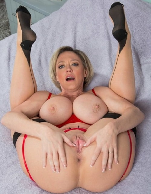 Massive juggs whore dee williams plays with her wet pussy