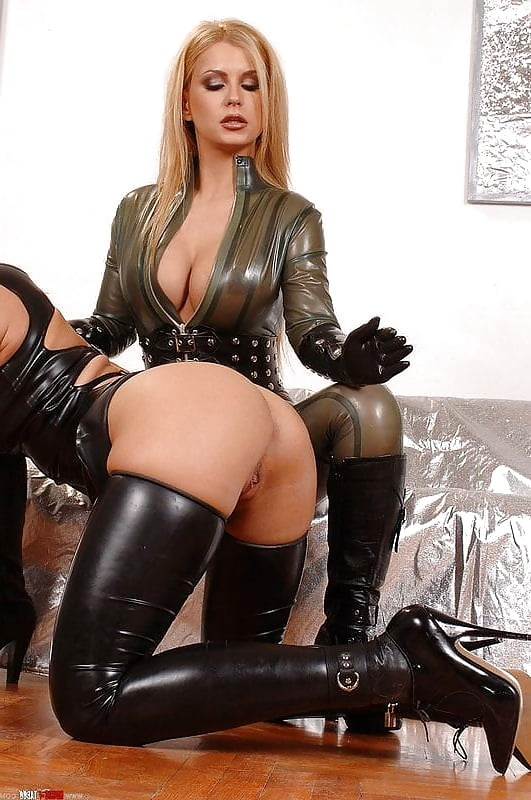 Sexy Blondine Im Latex Outfit