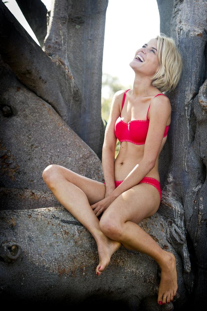 Rachael Taylor Takeout box. - 100 Pics
